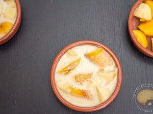 Joli clafoutis d'été aux pommes et aux nectarines