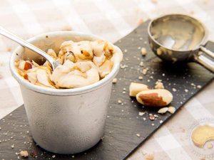 Glace au caramel et éclats de noix du Brésil